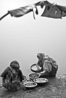 Jakob Berr, Women processing fish, Bangladesh (Bangladesh, Asien)