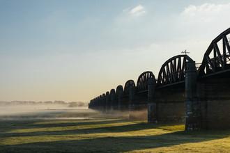Nadja Jacke, Die Dömitzer Eisenbahnbrücke nach Sonnenaufgang (Deutschland, Europa)