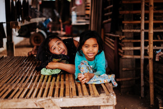 Jim Delcid, Mother and Daughter in Tad Lo Laos (Laos, Asien)