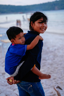 Jim Delcid, Sister and brother on the beach in Cambodia (Kambodscha, Asien)