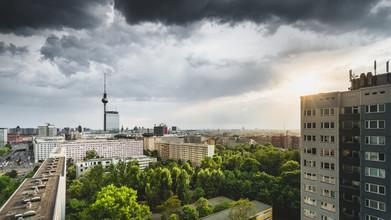 Ronny Behnert, Sonnenuntergang über dem Fernsehturm und den Dächern Berlins (Deutschland, Europa)