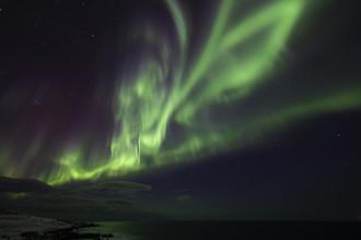 Dirk Heckmann, Intensives Polarlicht über den Lofoten (Norwegen, Europa)