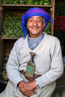 Christine Wawra, Lächelnder Gemüsehändler im orientalischen Bazar von Sana'a, Jemen (Jemen, Asien)