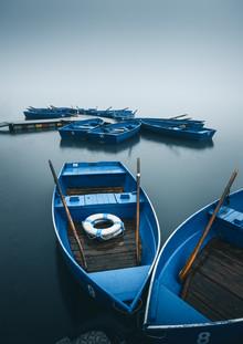 Niels Oberson, Blaue Boote im Nebel (Schweiz, Europa)