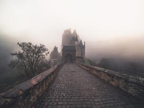 Daniel Weissenhorn, Nebliger Morgen an der Burg Eltz (Deutschland, Europa)