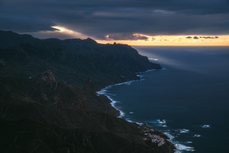 Jean Claude Castor, Teneriffa Anaga Gebirge mit Küste im Abendlicht (Spanien, Europa)