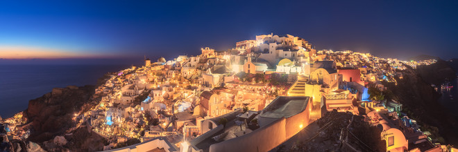 Jean Claude Castor, Griechenland Santorini Oia Panorama zur blauen Stunde (Griechenland, Europa)