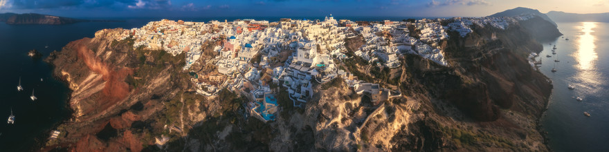 Jean Claude Castor, Griechenland Santorini Oia Panorama als Luftaufnahme (Griechenland, Europa)