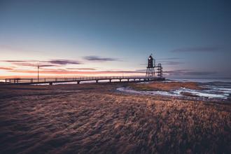 Historischer Leuchtturm Obereversand im Abendlicht - fotokunst von Franz Sussbauer