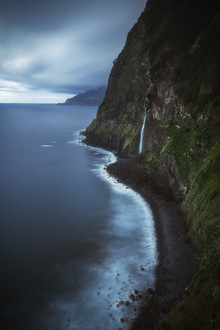Jean Claude Castor, Madeira Wasserfall bei Seixal mit Klippen (Portugal, Europa)