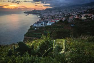 Jean Claude Castor, Madeira Hauptstadt Funchal am Abend (Portugal, Europa)