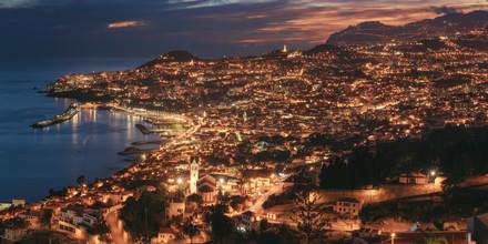Jean Claude Castor, Madeira Panorama von Funchal zur blauen Stunde (Portugal, Europa)