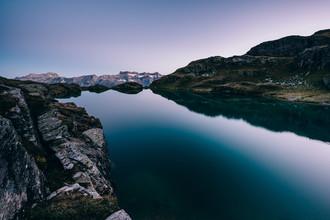 Peter Wey, Milchseespüeler Bergsee bei Dämmerung (Schweiz, Europa)