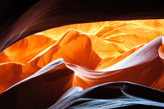 Peter Wey, Leuchtender Sandstein im unteren Antelope Slot Canyon, Page, Arizona, USA (Amerikanisch-Samoa, Australien und Ozeanien)