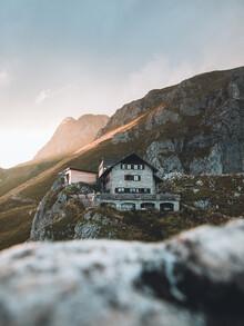 Lars Schmucker, Berghütte in den Tiroler Alpen im Abendlicht (Österreich, Europa)