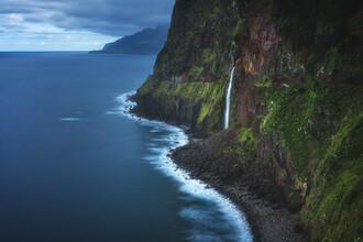 Jean Claude Castor, Madeira Wasserfall von Seixal mit Klippen (Portugal, Europa)