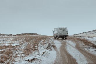 Li Ye, A car drives along a quiet mountain road after snow (Russland, Europa)