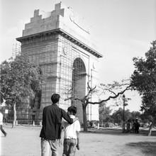 Shantala Fels, Zwei Jungs gehen vor dem India Gate in Neu Delhi spazieren.  (Indien, Asien)