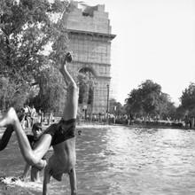 Shantala Fels, Handstand vorm India Gate (Indien, Asien)