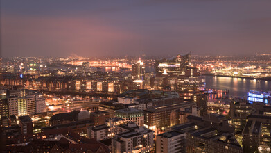 Dennis Wehrmann, Nachtpanorama Hamburger HafenCity und Elbphilharmonie (Deutschland, Europa)