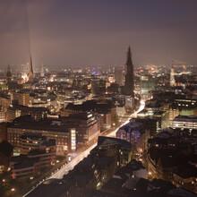 Dennis Wehrmann, Vogelperspektive Hamburger Innenstadt bei Nacht (Deutschland, Europa)