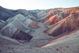 Franz Sussbauer, Berghänge aus farbigem Sand bei Sonnenaufgang (Island, Europa)