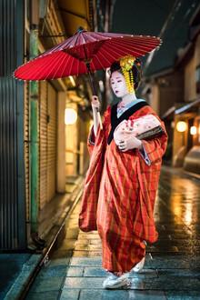 Jan Becke, Maiko mit Kimono und Regenschirm, Gion Distrikt, Kyoto (Japan, Asien)