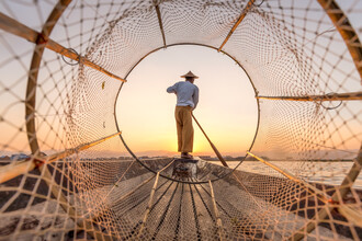 Jan Becke, Traditioneller Intha Fischer auf dem Inle See in Myanmar (Myanmar, Asien)