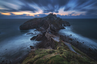 Jean Claude Castor, Spanien Gaztelugatxe Halbinsel mit Kloster zur blauen Stunde (Spanien, Europa)