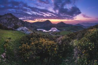 Jean Claude Castor, Asturien Lagos de Covadonga Bergsee Panorama zum Sonnenuntergang (Spanien, Europa)