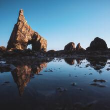 Jean Claude Castor, Asturien Playa Campiecho mit Fleszacke und Spiegelung (Spanien, Europa)