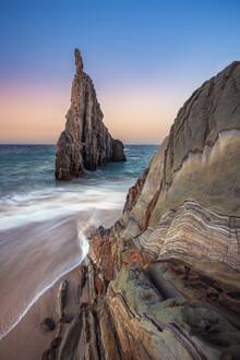 Jean Claude Castor, Asturien Playa de Mexota Felszacke am Strand zum Sonnenuntergang (Spanien, Europa)