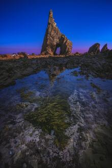 Jean Claude Castor, Asturien Playa Campiecho Felszacke im Mondschein (Spanien, Europa)