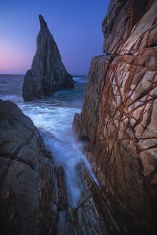 Jean Claude Castor, Asturien Playa de Mexota Strand mit Felszacke zur blauen Stunde (Spanien, Europa)
