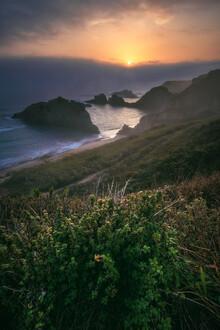 Jean Claude Castor, Asturien Playa de Mexota Strand mit Nebelwand zum Sonnenufgang (Spanien, Europa)