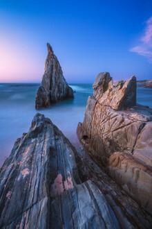 Jean Claude Castor, Asturien Playa de Mexota Strand mit Felszacke bei Nacht (Spanien, Europa)