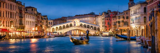 Jan Becke, Panorama der Rialtobrücke in Venedig bei Nacht (Italien, Europa)