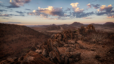Die unendliche Weite des Kaokoveld in Namibia - fotokunst von Dennis Wehrmann
