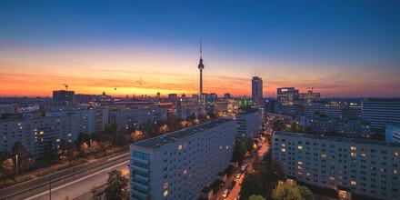 Jean Claude Castor, Berlin Skyline Panorama Karl Marx Allee zum Sonnenuntergang (Deutschland, Europa)