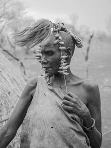 Ältere Frau des Stammes der Mursi mit Kopfschmuck - fotokunst von Phyllis Bauer