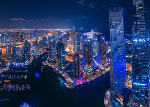 Jean Claude Castor, Dubai Marina Panorama bei Nacht mit Cayan Tower (Vereinigte Arabische Emirate, Asien)