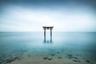 Torii am Biwa See - fotokunst von Jan Becke