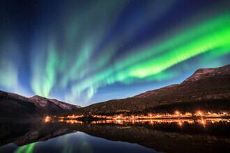 Felix Baab, Polarlichter am Fjord - Lichtspiegelungen eines Dorfes (Norwegen, Europa)