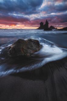 Jean Claude Castor, Teneriffa Strand Playa Benijo mit Felsen bei Sonnenuntergang (Spanien, Europa)