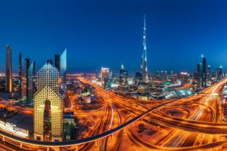 Jean Claude Castor, Dubai Skyline Panorama mit Sheyk Zayed Road und Burj zur blauen Stunde (Vereinigte Arabische Emirate, Asien)
