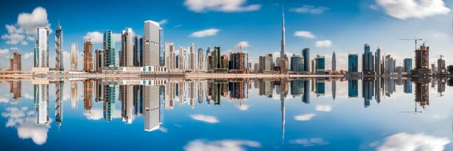 Jean Claude Castor, Dubai Business Bay Skyline Panorama mit Spiegelung (Vereinigte Arabische Emirate, Asien)