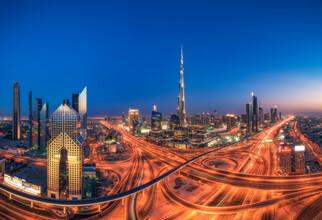 Jean Claude Castor, Dubai Skyline Panorama zur blauen Stunde mit Burj Khalifa (Vereinigte Arabische Emirate, Asien)