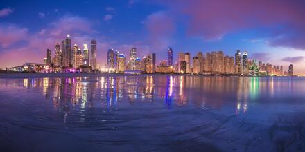 Jean Claude Castor, Dubai Marina Beach Skyline Panorama zur blauen Stunde (Vereinigte Arabische Emirate, Asien)