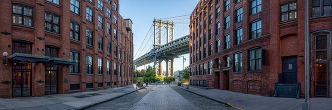 Jan Becke, Manhattan Bridge seen from the Dumbo district (United States, North America)