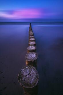 Jean Claude Castor, Ostsee Strand von Heiligenhafen mit Buhnen zur blauen Stunde (Deutschland, Europa)